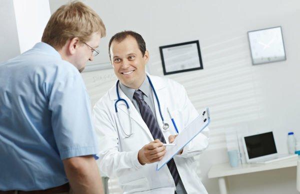 Для диагностики и лечения кисты копчика нужно обратиться к врачу-проктологу