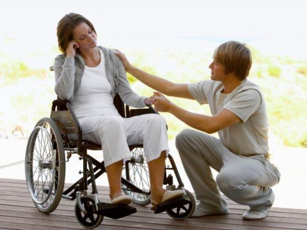 Боковой амиотрофический склероз (БАС) – это довольно-таки редкая болезнь, причем встречается недуг, только у взрослых людей. В течение короткого времени человека полностью парализует, обычно процесс занимает от одного до трех лет