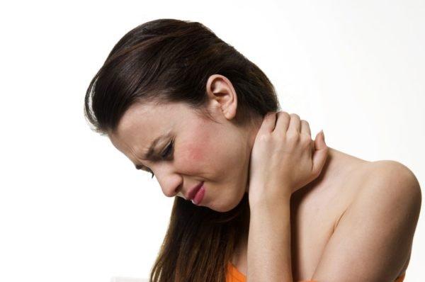 Главный симптом — боль в области шеи