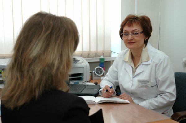 Когда заболевший человек обращается за медицинской помощью, прежде всего он беседует с врачом