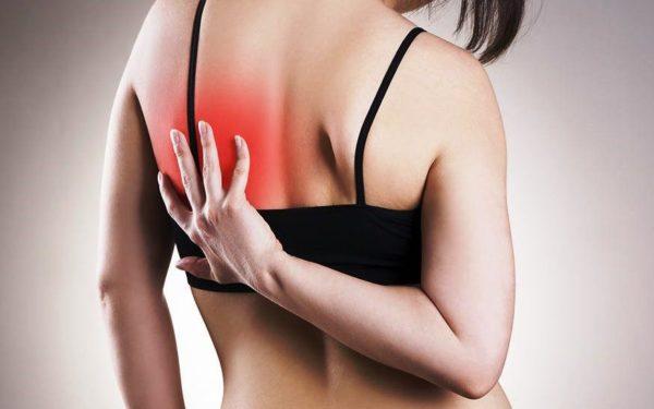 Колюще-режущие боли под одной или обеими лопатками, часто отдают в руку