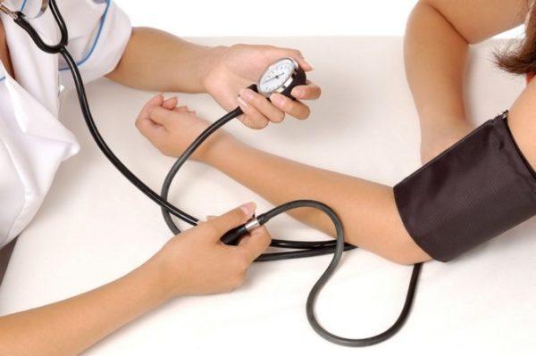 У больного может повыситься перфузионное давление. Подобная мера является компенсацией организма в результате плохого кровообеспечения. Состояние приводит к формированию отрицательных последствий, которые влияют на зрение, мышцу сердца и головной мозг