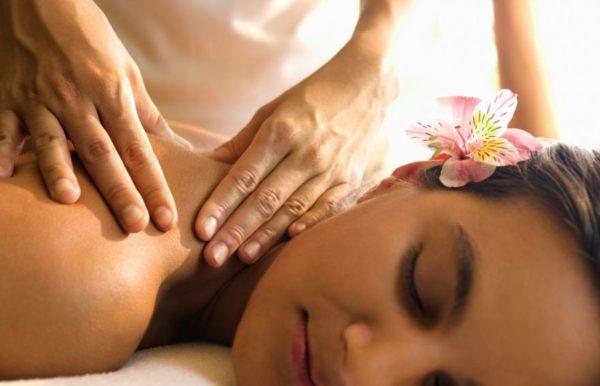 Массаж помогает устранить боль в спине и шее