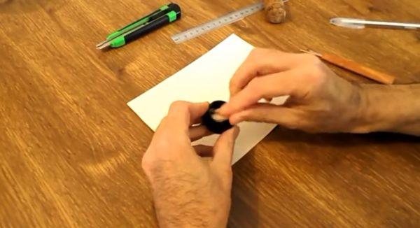 Поместите внутрь кружочки из плотной бумаги