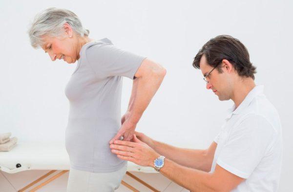 Позвоночная грыжа поясничного отдела сопровождается болью в нижней части спины, которая отдаёт в ногу или ягодицу