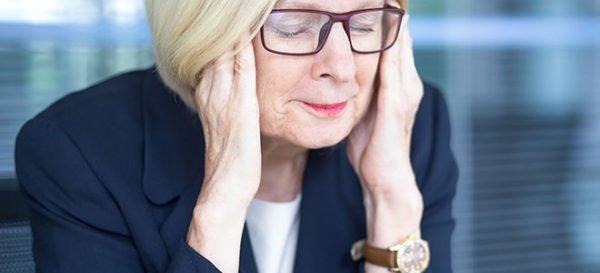 При ишемической атаке у больного болит и кружится голова, наблюдается тошнота и проблемы с координацией