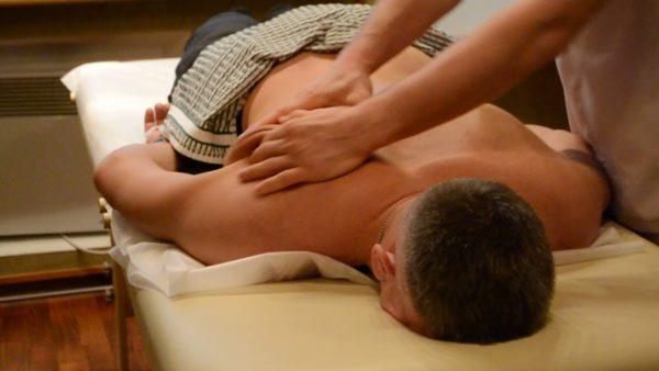 Приём разминание занимает основную часть общего времени процедуры массажа и является самым важным массажным приёмом