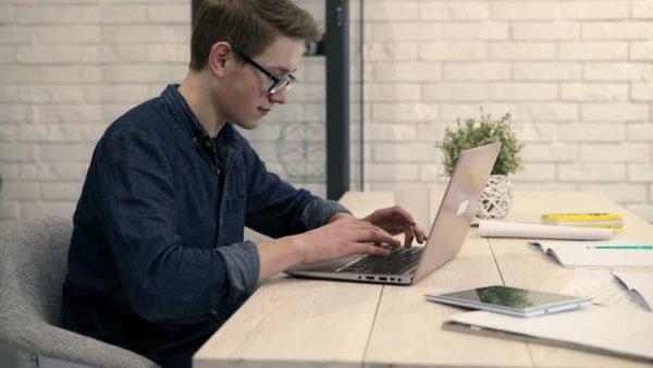 Сидячая работа может привести к развитию кисты копчика
