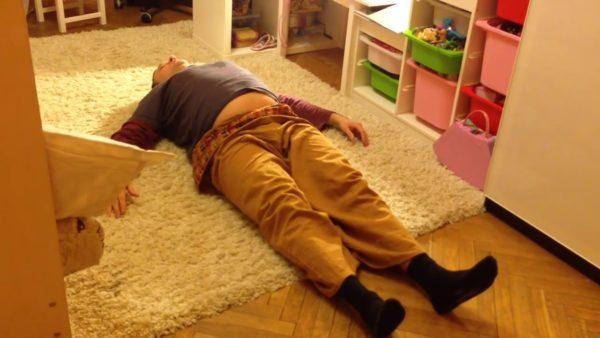 Сжатие и расслабление пальцев в положении лежа на спине