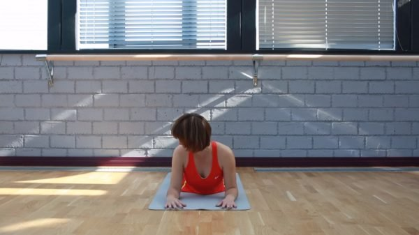 Упражнение лежа на животе с упором на локти