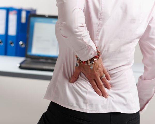 В течение дня, выполняя какие-либо домашние дела или поручения по работе, человек может ощущать неприятные боли в спине