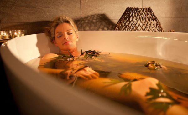 Ванна с травами расслабляет, дарит ощущение комфорта и блаженства, снимает стресс и очищает тело