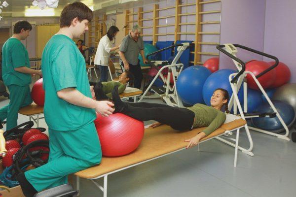 Важна правильность выполнения упражнений, первое время желательно тренироваться с врачом ЛФК