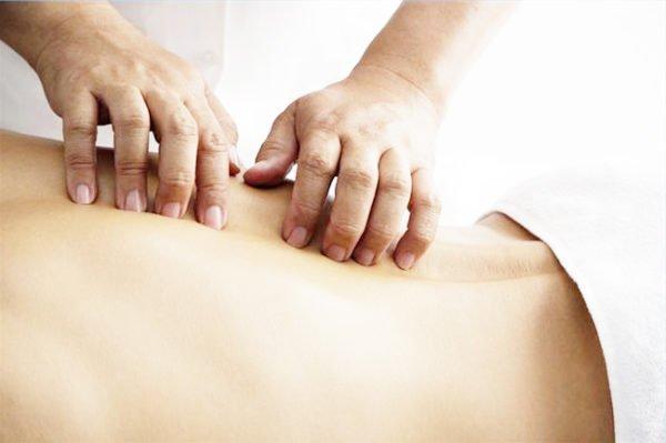 Врач делает массаж пациенту
