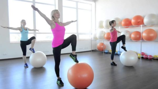 Занятия на фитболе можно проводить в зале и дома