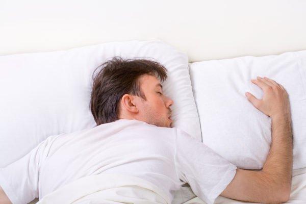 Защемить нерв может из-за неудобной позы во время сна