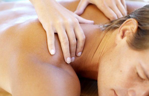 С помощью массажа выравнивается тонус мышц, нормализуется кровоток, устраняются защемления корешков