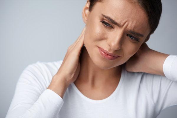 Боль в шее может вызвать даже обычный сквозняк