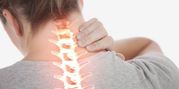 Дискомфорт и болевые ощущения в шее могут быть проявлением самых разных заболеваний, и чтобы выявить причину недуга, стоит обращать внимание на сопутствующие симптомы