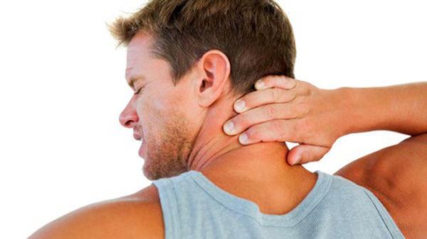 Заболевание проявляется сильной болью в шее и ограничением двигательных функций