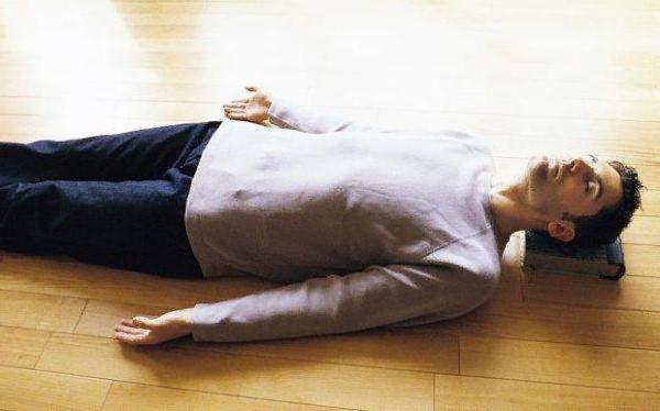 Для уменьшения боли после физического перенапряжения можно полежать на спине