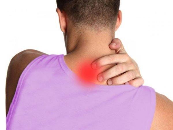 Главным симптомом является острая боль