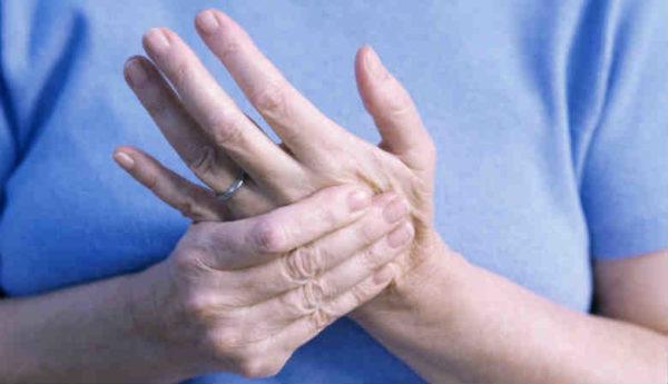 Из-за компрессии нервных корешков может наблюдаться онемение и покалывание в пальцах рук