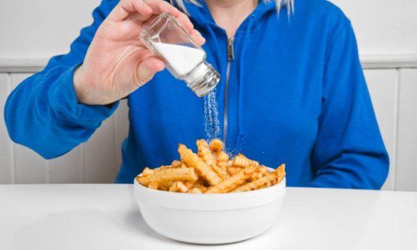 Избыток соли в рационе тоже провоцирует проблемы с позвоночником и суставами, вследствие чего образуются костные разрастания
