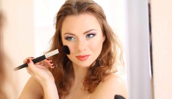Нанесение макияжа и воздействие на активные точки тоже может стать провоцирующим фактором для болевого приступа