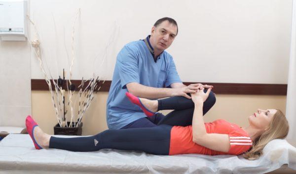 Одна нога подтягивается к груди