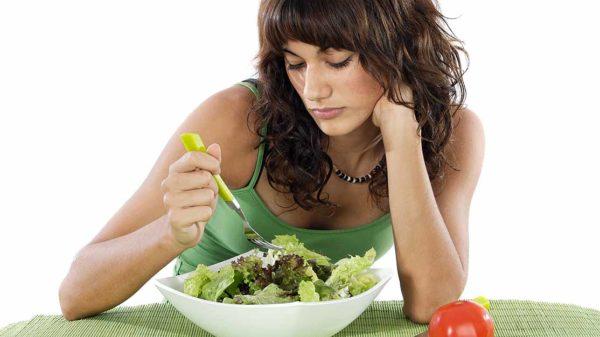 При длительной диете организм недополучает множество полезных веществ, в том числе и для полноценной регенерации костной ткани