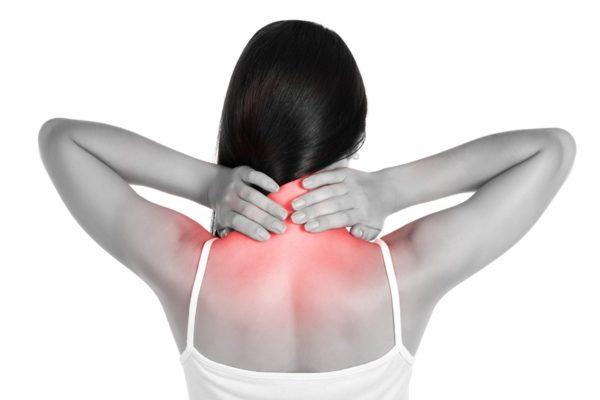 При спондилоартрозе боль локализуется в шее и плечах, может отдавать в верхние конечности