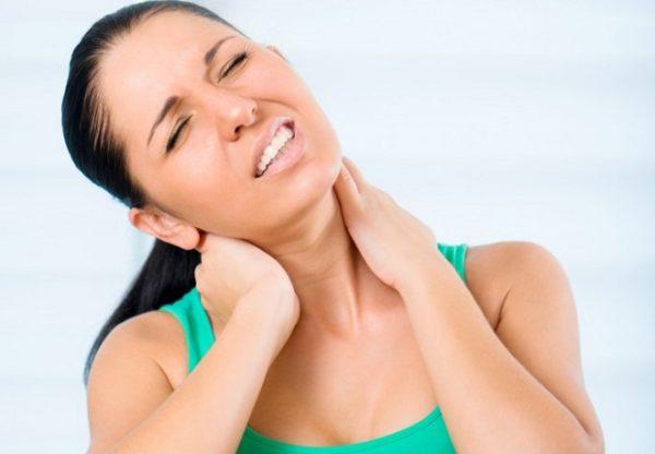 Основным симптомом болезни является боль в шее при поворотах и наклонах головы