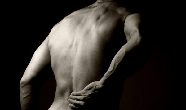 Сильные боли могут указывать на остеохондроз или межпозвонковую грыжу