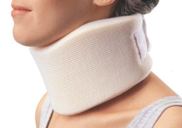 Травмы шеи в результате аварии, удара или падения могут спровоцировать развитие дегенеративных изменений в позвоночнике