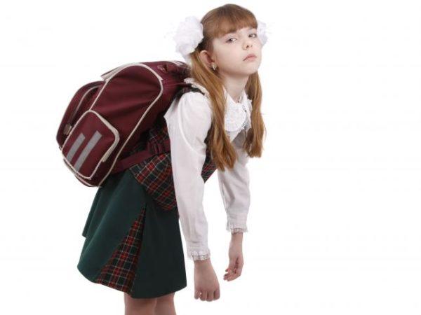 Тяжелый школьный портфель может спровоцировать проблемы с позвоночником, который еще недостаточно окреп и не готов к постоянным нагрузкам