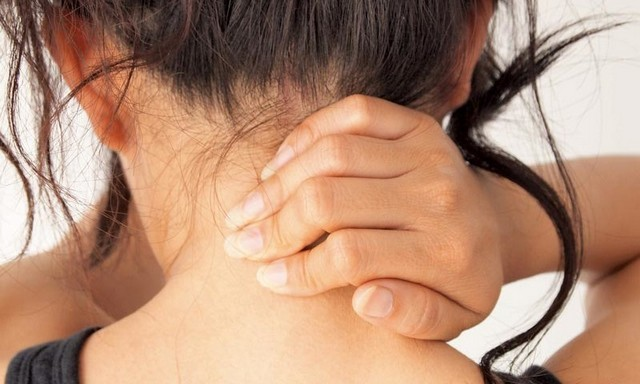 Болит шея сзади и отдает в голову