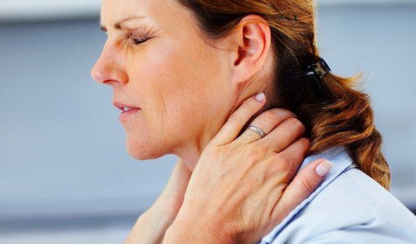 Типичным признаком заболевания является болевой синдром, возникающий в шейном отделе