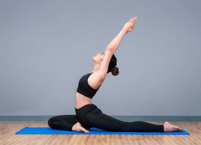 Для избавления от боли в солнечном сплетении нередко прибегают к йоге