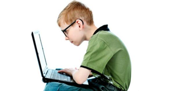 Если ребенок часами сидит в одной позе, сгорбив спину, риск развития сколиоза очень высок