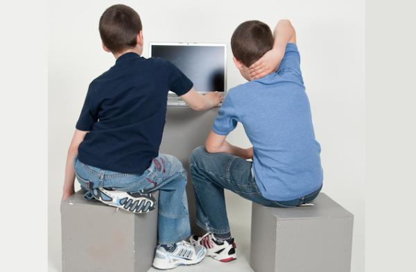 Чаще всего сколиотическая осанка у детей развивается из-за длительного сидения в неудобной позе перед компьютером