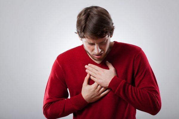 Нередко спондилит в грудном отделе принимают за патологию дыхательных органов из-за болей в груди