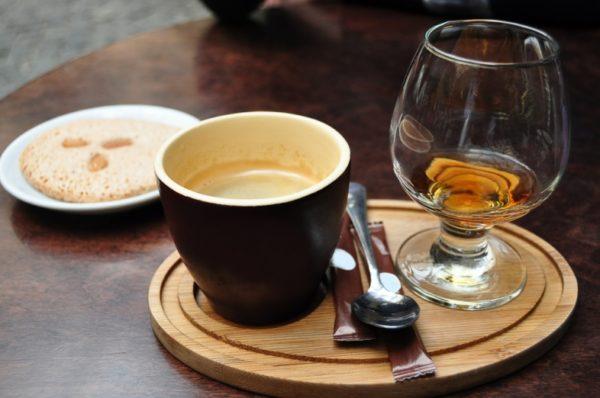 Чтобы избежать проблем со здоровьем, употребление алкоголя и кофеина нужно снизить до минимума