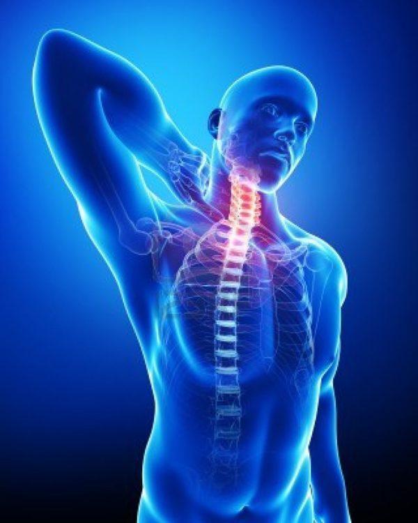 Болевые ощущения сопровождаются ограничением подвижности, затруднены наклоны и повороты головы, движения рук в плечевых суставах