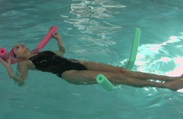 Главный механизм воздействия плавания при межпозвонковой грыже состоит в снижении нагрузки на позвонок, в том числе на пораженный сегмент