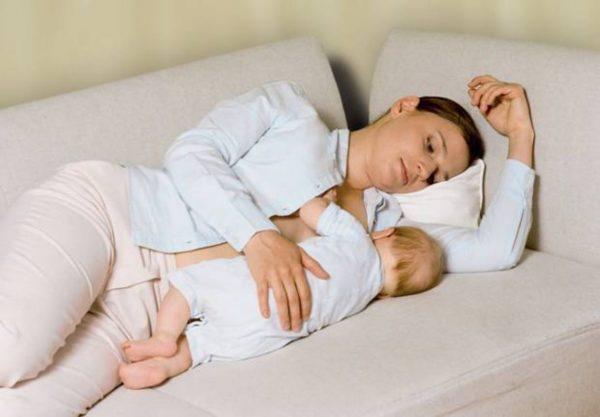 Кормить ребенка лежа лучше на жестком матрасе