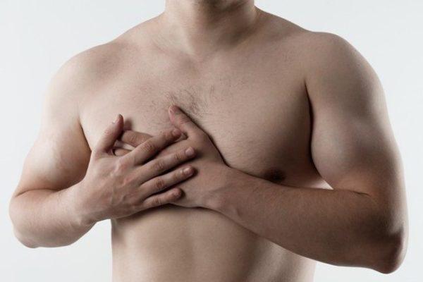 На ранней стадии дорсопатия проявляется дискомфортом и легкой болью в груди