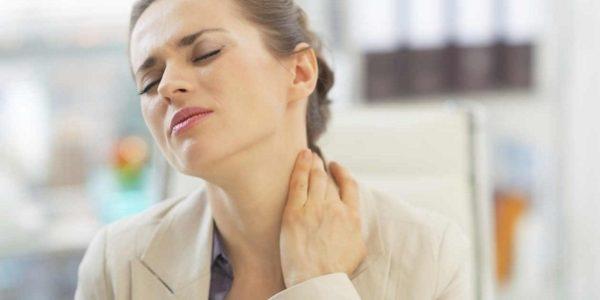Одним из первых признаков остеохондроза является дискомфорт в затылочной части и боль при движениях головы