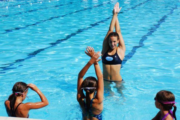 В составе комплексной терапии плавание дает отличные результаты при сколиозе в юном возрасте