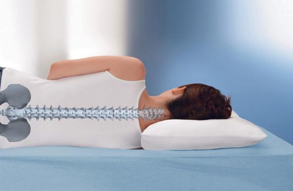 Спать рекомендуется на жестком матрасе и невысокой подушке